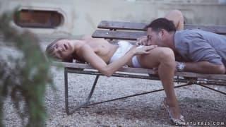Doris Ivy pieprzy się z facetem na ławce w parku