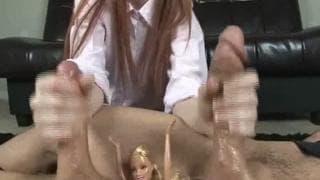 Dwa twarde chuje w rękach lalki Barbie