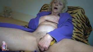 Babcia zabawia się pomarszczoną pizdą!