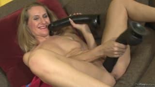 Sara James i gigantyczne czarne dildo