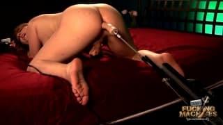 Shemale Amy Daly testuje seks maszynę