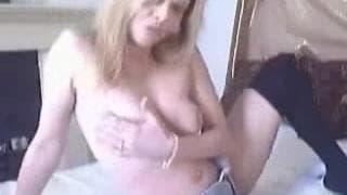 Blondyna w czarnych pończochach masturbuje się