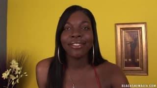 Czarny trans Tiffany masturbuje się na stole