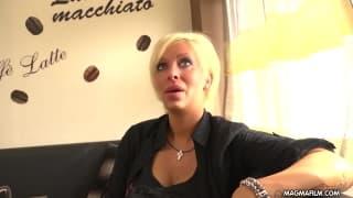 Cycata blondynka z wytryskiem na twarzy