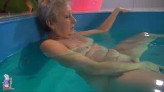 Seksi babcia masturbuje się w basenie