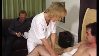 Blond pielęgniarka bardzo chce kutasa