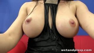 Mona Leekocha masturbację i sikanie!