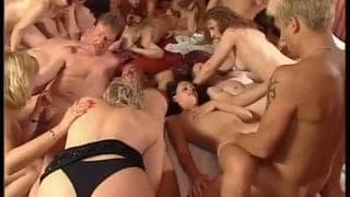 Ostra orgia z udziałem kilkunastu amatorów