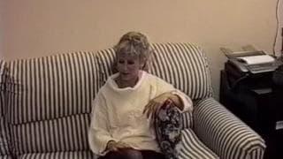 Dojrzała blondynka cieszy się seksem!
