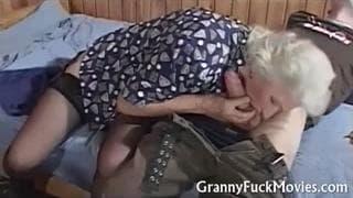 Babcia daje dupy młodemu ogierowi