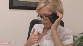 Ciekawy co robi znudzona sekretarka w pracy