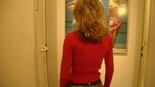 Blondyna obciąga chuja w męskiej toalecie