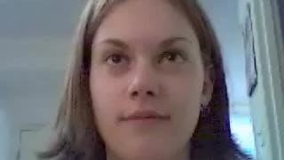 Młoda dziwka przed kamerą z dildo
