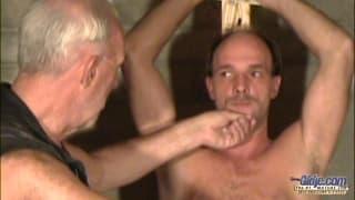 Dwaj starzy faceci pierdolą blondynkę