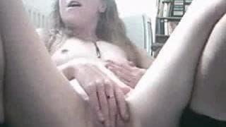 Napalona mamuśka masturbuje się ostro!