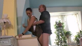 Dojrzały facet wyliże jej młodą pizdę!