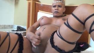 Mel Pinheiro masturbuje sobie kutasa