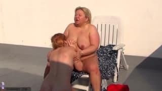 Młoda i dojrzała lesbijka na dworze