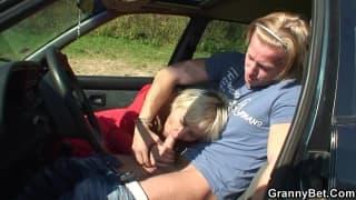 Stara dziwka obciąga w samochodzie!