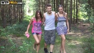 Troje młodych ludzi rżnie się na dworze
