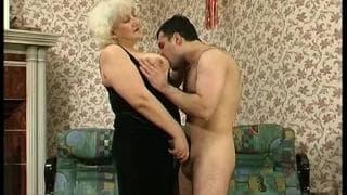 Gorąca babcia potrzebuje pierdolenia!