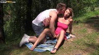 Nastolatki uprawiające seks w lesie