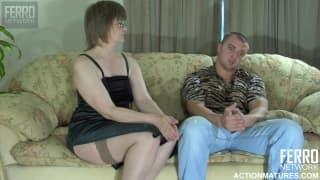 Dojrzała kobieta chce seksu na sofie