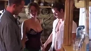 Grupowa sesja seksu z dojrzałą dziwką