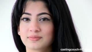 Śliczna Arabka ssie na porno castingu!