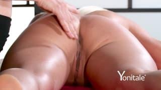 Blondynka uwielbia uwodzicielski masaż