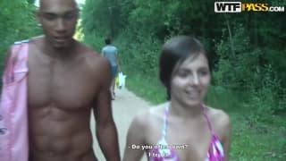Marta i młody czarny chłopak na dworze