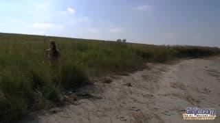 Cathy Heaven na plaży ze starym chujem