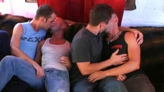 Trzech kumpli - gejów zabawi się w anal