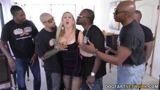 Cherie DeVille zabawi się na gangbang