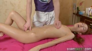 Śliczny rudzielec korzysta z masażu jak może