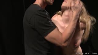 Kira Banks w ostrej scenie BDSM