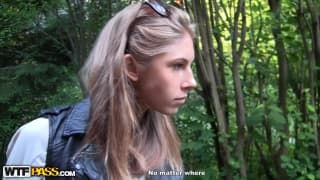 Megan w lesie też obciąga