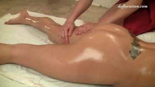 Lesbijki masaż na podłodze w łazience