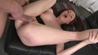 Dildo i kutas penetrują jej dupę