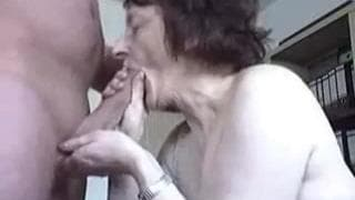 Stara kobieta do dziś kocha obciągać