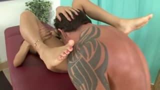 Veronica Rodriguez obciąga mu stopami