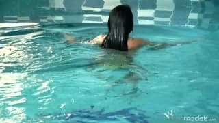 Dildo już czekało na nią przy basenie