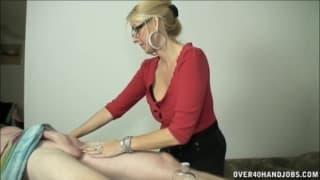 Blond puma wali konia podczas masażu