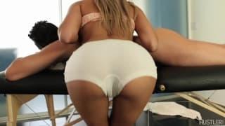 Erotyczny masaż zakończony wytryskiem do ust