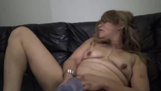 Kurwiszon zabawia się z dildo