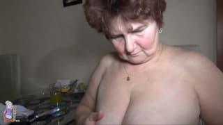 Zobacz jak babcia szybko się masturbuje