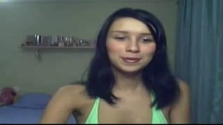 Młoda brunetka w słodkiej masturbacji