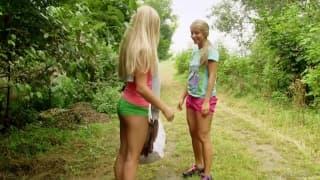 Lesbijskie igraszki w sadzie