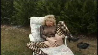 Blond mamuśka zaczęła masturbację w ogródku