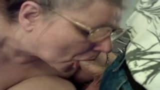Stara, gruba kobieta obciąga kutasa!